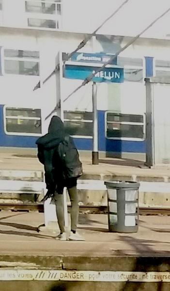 7 debout sur le quai