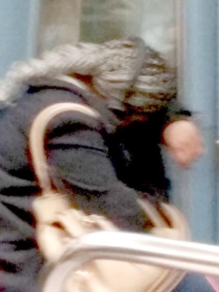 dame dormant dans le métro