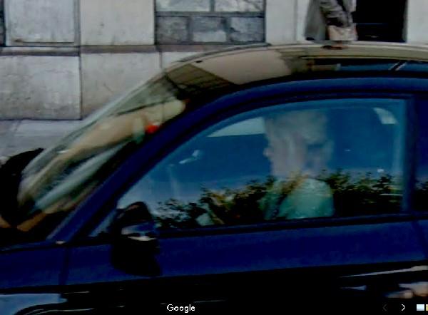 la-blonde-dans-son-auto