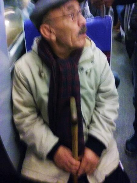 vieil-homme-au-metro-casquette-canne
